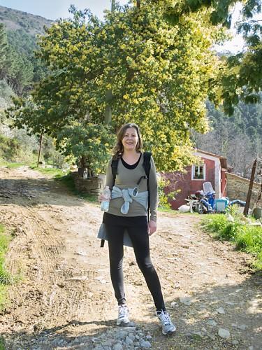Karine foran et mimosatre på veien opp mot Verruca