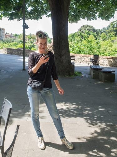 Karine sjekker epost i gamlebyen i Colle Val d'Elsa