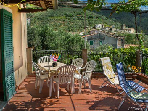 Feriehus i Montemagno. Terrasse med utsikt.